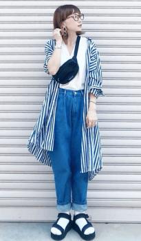 白シャツ×ジーンズ×ストライプシャツワンピースの夏コーデ