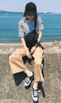 ボーダーTシャツ×斜め掛けバッグ×ベイカーパンツのレディースの夏コーデ