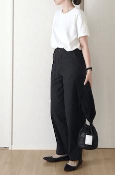 黒のベイカーパンツ×白のTシャツ×黒のパンプスのレディースの着こなし