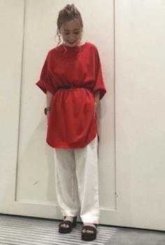 白のベイカーパンツ×赤のロング丈カットソー×サンダルのレディースの着こなし