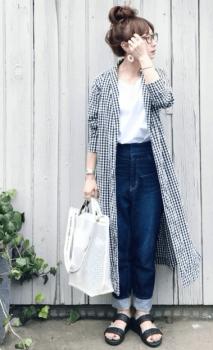 ギンガムチェックのシャツワンピース×白のカットソー×デニムパンツ×サンダル