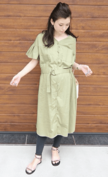 黒レギンス×サンダル×シャツワンピースのコーデ(夏編)