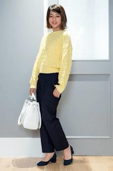 ネイビーのベイカーパンツ黄色のニット×パンプス×白のバッグのレディースの着こなし