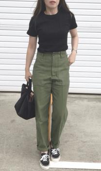 黒Tシャツ×黒スニーカー×ベイカーパンツのレディースの夏コーデ