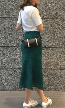 白Tシャツ×レーススカート×ミニショルダーバッグのレディースのコーデ(夏編)