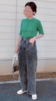 グリーンのポロシャツ×ワイドデニムパンツ×スニーカー