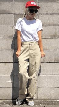 白Tシャツ×キャップ×ワークパンツのレディースのコーデ(夏編)