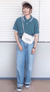 グリーンのポロシャツ×ワイドデニムパンツ×サコッシュバッグ
