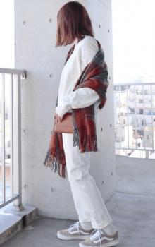 白色のトレーナー×白色のジーンズ×ミニショルダーバッグのレディースのコーデ(春編)
