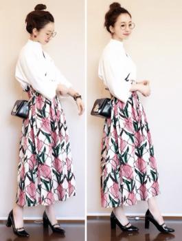 白ブラウス×ボタニカル柄のスカート×ミニショルダーバッグのレディースのコーデ(春編)