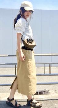 パフ袖チュニック×スリットスカート×ミニショルダーバッグのレディースのコーデ(夏編)