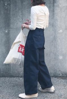 白Tシャツ×白のスニーカー×ワークパンツのレディースのコーデ(春編)