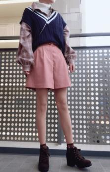 チェックシャツ×ニットベスト×ピンクのショートパンツ
