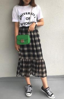 英字プリントTシャツ×チェック柄のスカート×ミニショルダーバッグのレディースのコーデ(夏編)