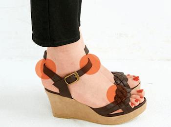 足の幅や甲のフィット感+素材にも注意!