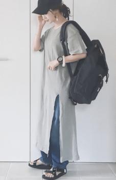 黒のキャップ×グレーTシャツワンピース×デニムパンツ