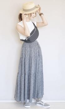 カンカン帽×花柄ロングスカート×ボディバッグ