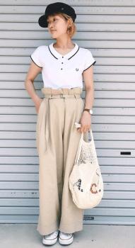 白のポロシャツ×チノワイドパンツ×マリンキャップ