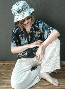 アロハシャツ×白のプリーツパンツ×パケットハット