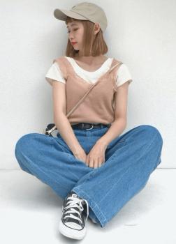 ベージュのキャップ×白のTシャツ×ピンクのキャミソール