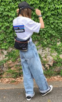 黒のキャップ×白のTシャツ×ワイドパンツ