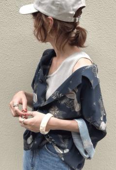 アロハシャツ×デニムパンツ×ワンショルダートップス