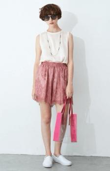 白のノースリーブ×スリッポン×ピンクのショートパンツ