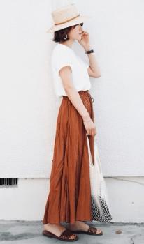 麦わら帽子×Tシャツ×ブラウンのロングスカート×サンダル