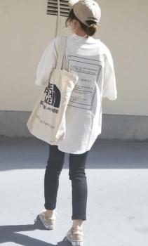 ベージュのキャップ×白のオーバーサイズTシャツ×スキニーパンツ