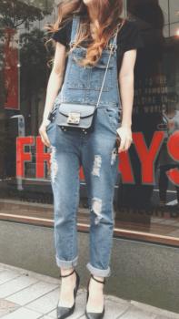 オーバーオール×黒Tシャツ×ミニショルダーバッグのレディースのコーデ(夏編)