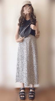 ベージュのキャップ×黒のTシャツ×総柄スカート