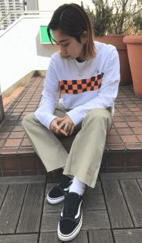 プリントTシャツ×スニーカー×ワークパンツのレディースのコーデ(春編)