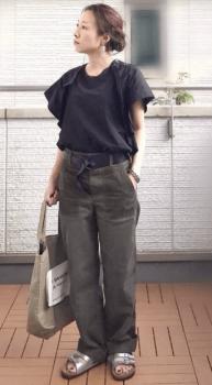 フリル袖トップス×ローサンダル×ワークパンツのレディースのコーデ(夏編)
