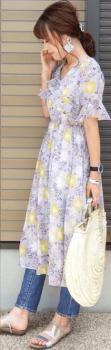 花柄ワンピース×クリサンダル×デニムパンツ