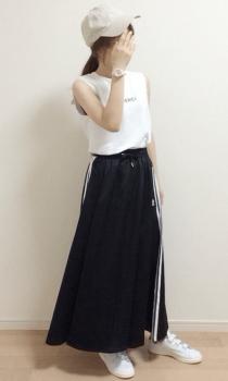 ベージュのキャップ×白のTシャツ×サイドラインスカート