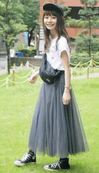 黒のキャップ×白のTシャツ×グレーのチュールスカート