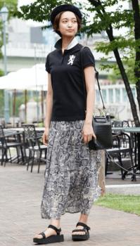 黒のポロシャツ×総柄スカート×スポーツサンダル