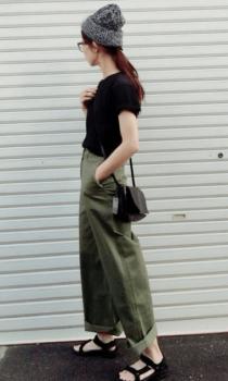 黒Tシャツ×ワークパンツ×ミニショルダーバッグのレディースのコーデ(夏編)