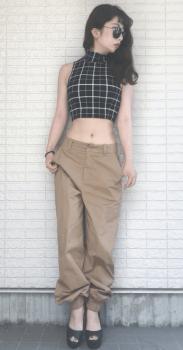 ショート丈トップス×厚底サンダル×ワークパンツのレディースのコーデ(夏編)