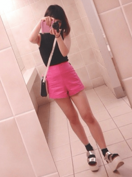黒のノースリーブトップス×厚底サンダル×ピンクのショートパンツ