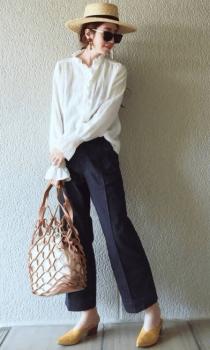 麦わら帽子×スラックス×シャツ×ネットバッグ