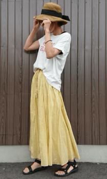 麦わら帽子×Tシャツ×黄色のロングスカート×スポーツサンダル
