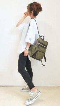 白のTシャツ×黒のスキニーパンツ×スニーカー