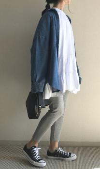 デニムシャツ×レギンスパンツ×ティアードワンピースの重ね着コーデ