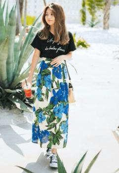 花柄ロングスカート×黒のロゴTシャツ×スニーカー