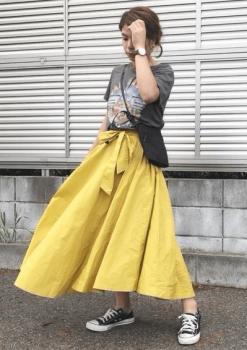 黄色のロングフレアスカート×スニーカー×サコッシュバッグ