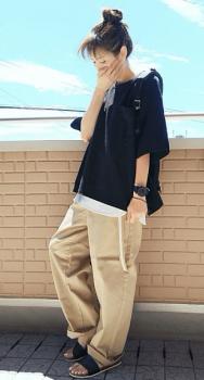黒のTシャツ×タンクトップ×ワイドチノパンツ