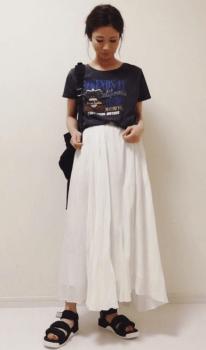 白のロングスカート×スポーツサンダル