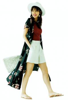 Tシャツ×白のショートパンツ ×花柄のロングシャツ