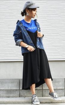 ブルーのTシャツ×Gジャン×グレーの帽子×グレーのスニーカー